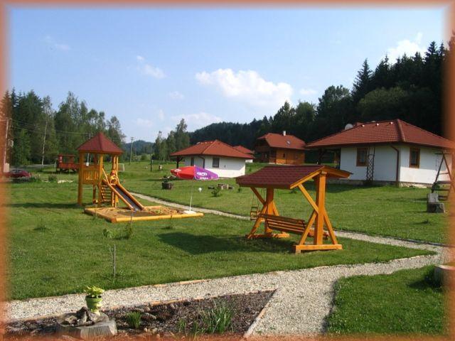 キャンプ内の子供の遊び場