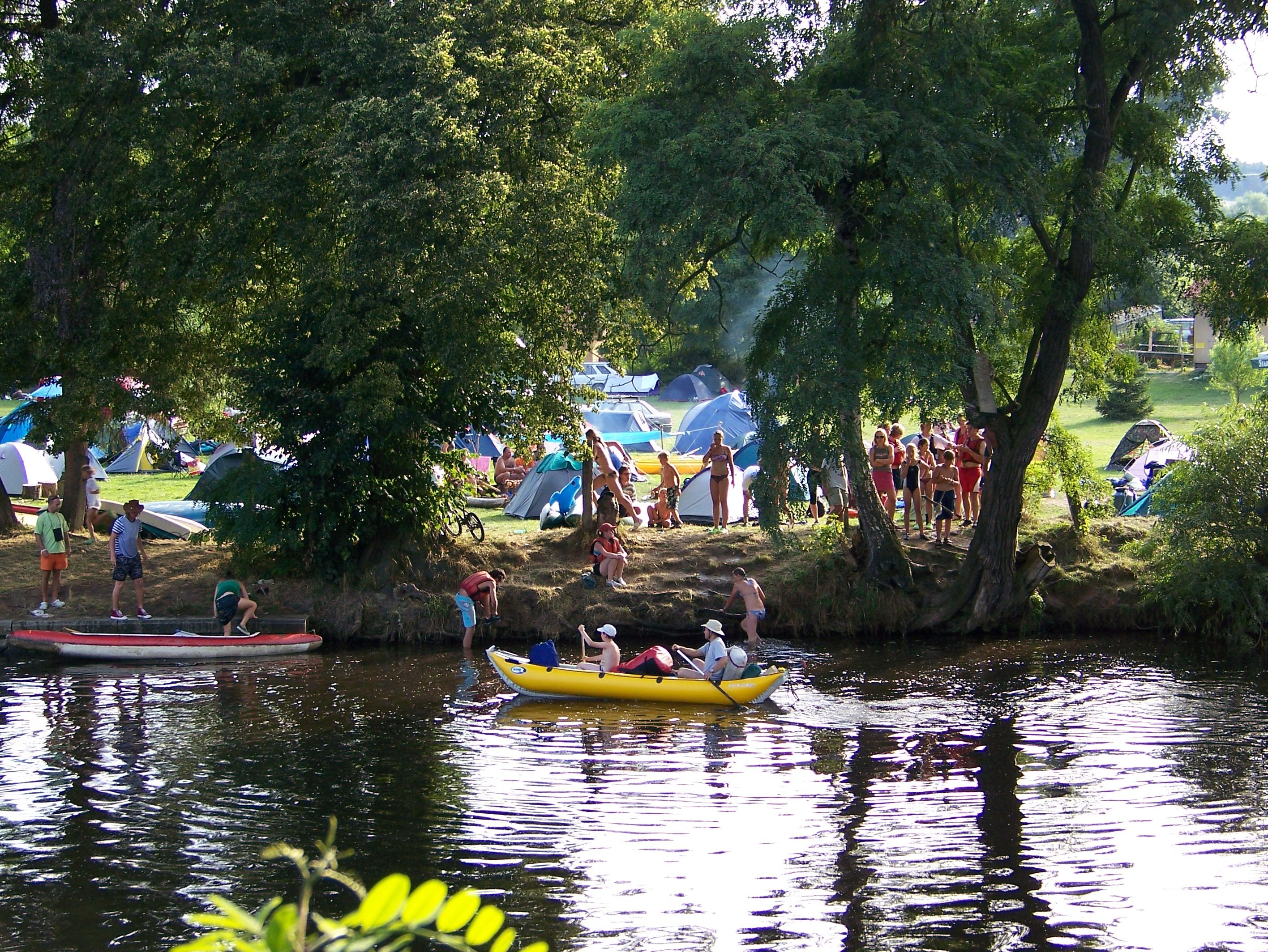 kemp pro vodáky na řece Otava