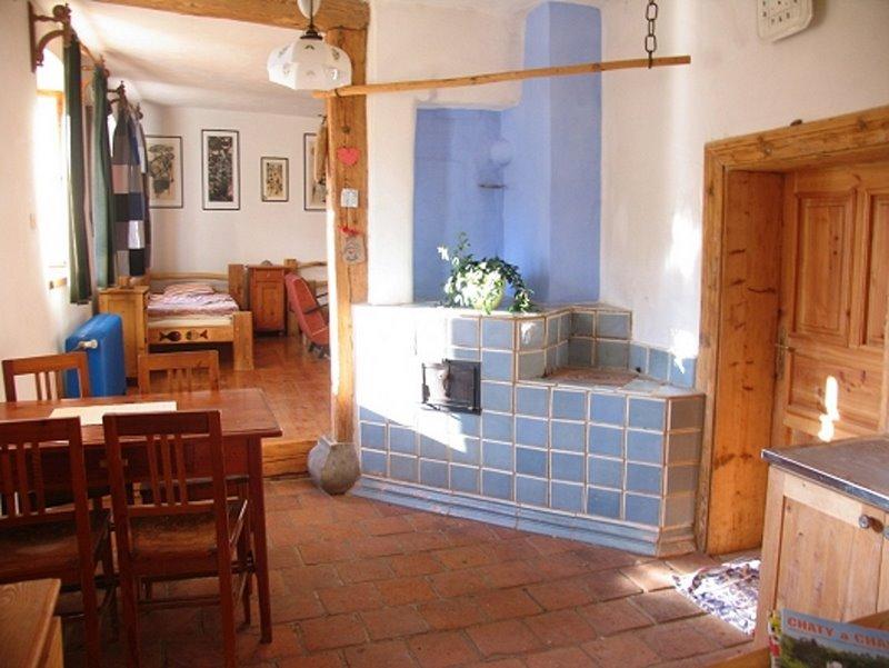 Kuchyně a kachlová kamna - Malý apartmám