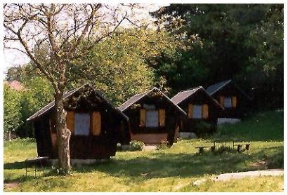 kemp s chatkami Sázava
