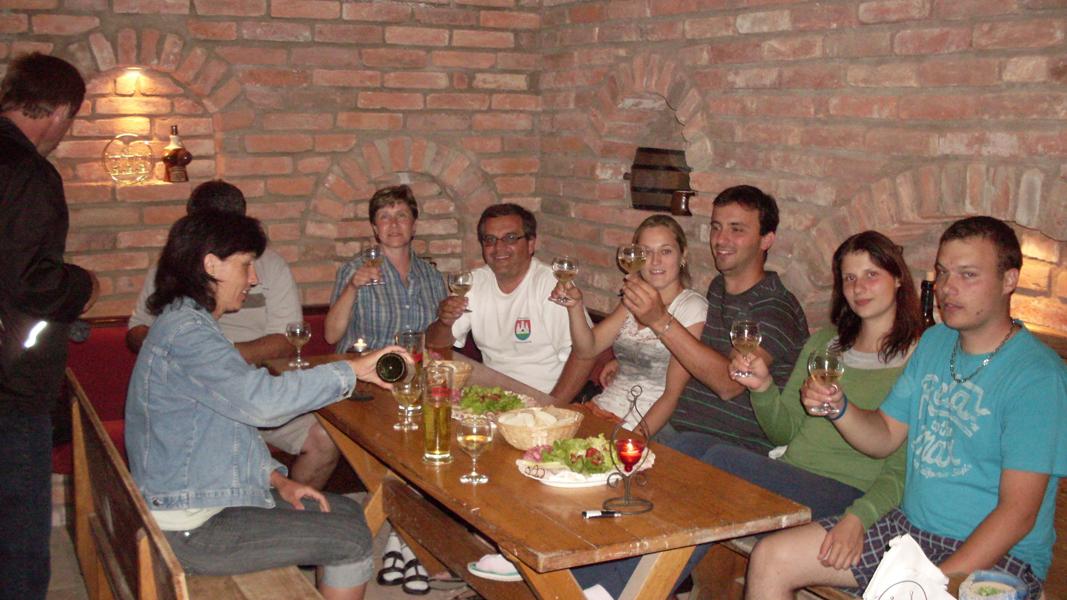 Degustacja wina w piwnicy win na południowych Morawach