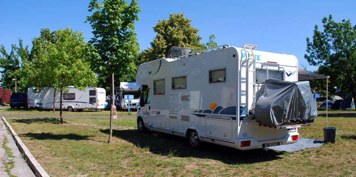 karavany v kempu
