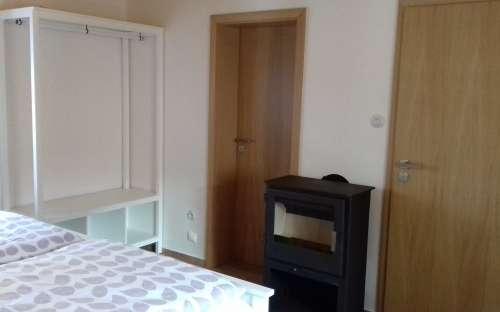 Pokoj Anna - Dvoulůžkový pokoj s krbovými kamny a koupelnou.