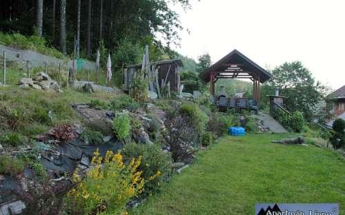 Zahrada u lesa