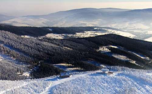 Pohled na horskou chatu a Králický Sněžník