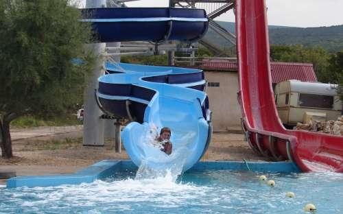 Tobogány u bazénu