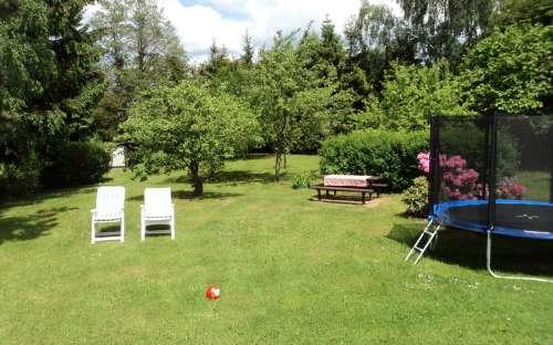 Fruitbomen en een trampoline