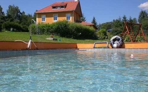 Dovolená u bazénu