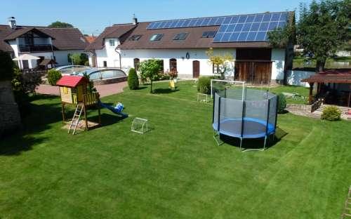 Trampolin og legeplads på hytten