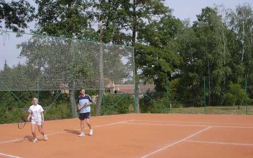 En intern tennisbane