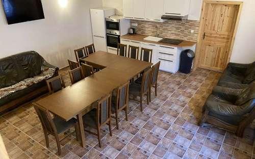 Wohnzimmer mit Küche in der Hütte