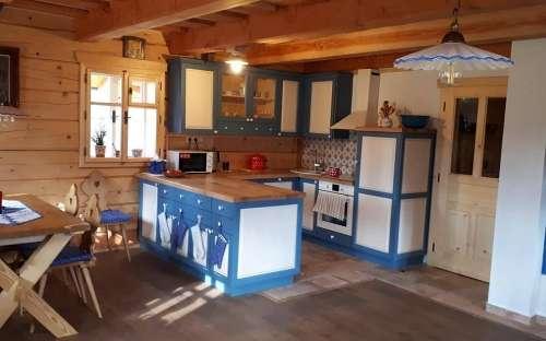 Domek Pomněnka - kuchnia i wejście do pokoju