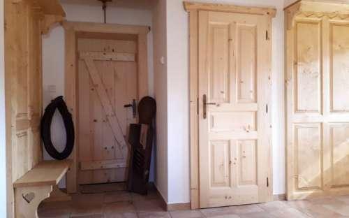 Wejście do stodoły, wejście do pomieszczenia gospodarczego i wieszaków, stojak na buty