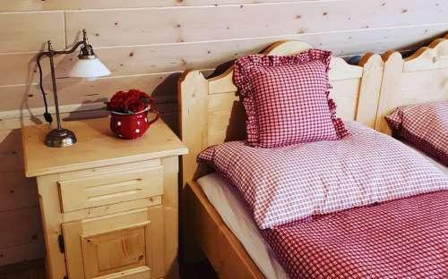 CottagePomněnka-大きな赤いベッドルーム