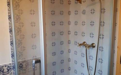 ChalupaPomněnka-寝室のそばのバスルームのシャワー