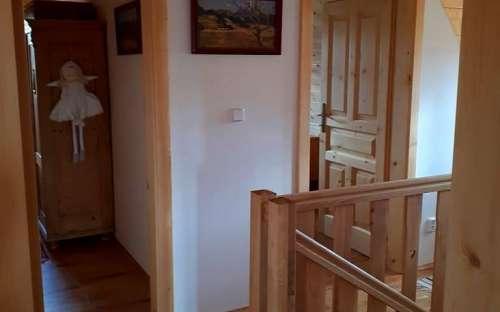 コテージPomněnka-寝室のXNUMX階にある小さな廊下