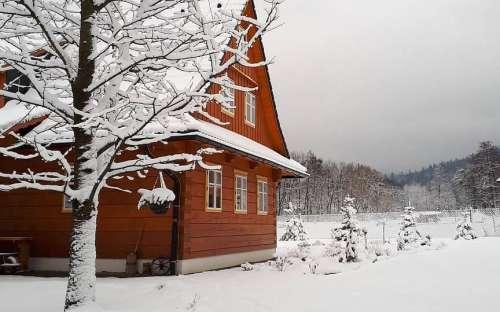 Domek Pomněnka w zimie - Komorní Lhotka