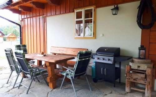 Domek Pomněnka - siedzenie za domkiem z grillem