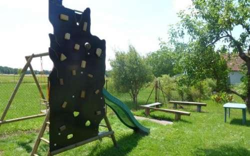 Dětské hřiště s horolezeckou stěnou