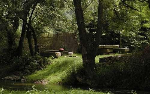 Kamenný stůl s ohništěm na zahradě
