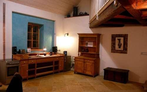 Velký apartmán - společenská místnost s krbem a kuchyní