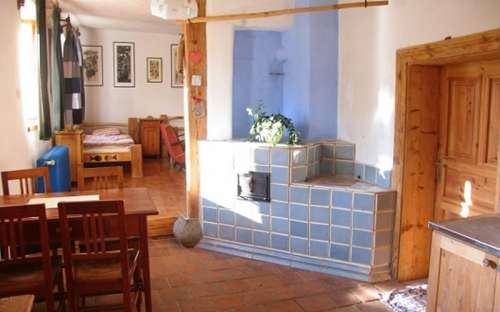 Malý apartmán - kuchyně a kachlová kamna