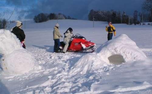 Im Winter können Sie ein Schneemobil ausprobieren