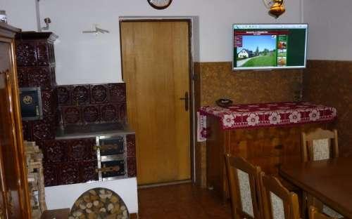 Essbereich mit Herd und TV
