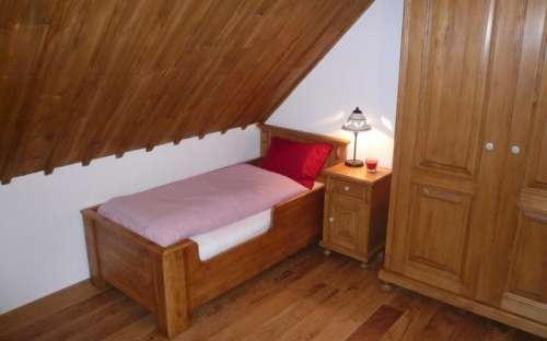 dětská postel v červeném pokoji