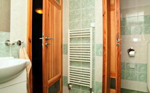 Levá chata - koupelna a WC