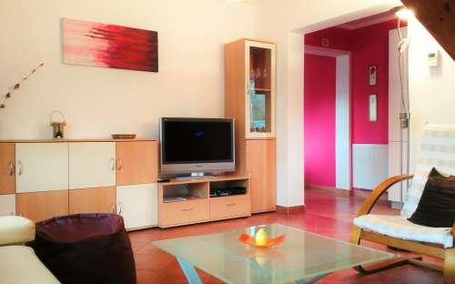 Pravá chata - obývací pokoj pohled z pohovky