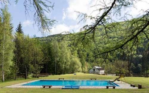 Venkovní bazén v letních měsících