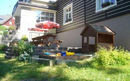 Venkovní terasa a dětské hřiště