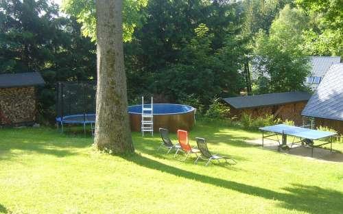 Zahrada u chaty s bazénem