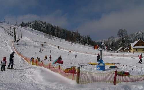 Kinderen skiën