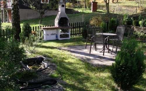 krb a staré zahradní posezení