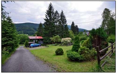 U chaty je pořádné parkoviště pro až 4 auta
