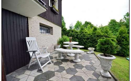 Spodní terasa u vinárny a wellness-koupelny
