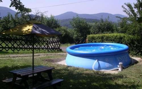 Basen z termopatem w ogrodzie domku
