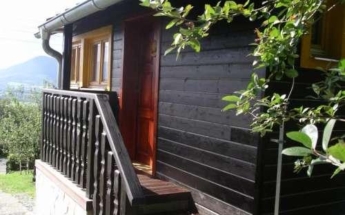"""Nowe wejście do domku z dachem """"dla palących"""""""