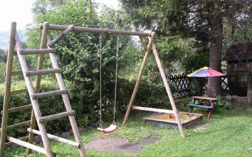 Swing, sandkasse, morsomt for barn