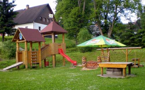 Dětské hřiště vedle hospody, nedaleko chaty