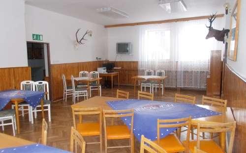 Společenská místnost, kde si můžete objednat jídlo a pití, případně sledovat TV