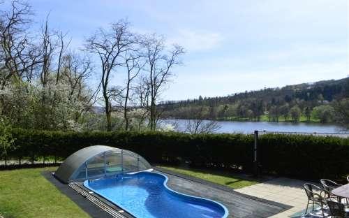 Výhled z chaty ( z ložnic) na bazén a přehradu