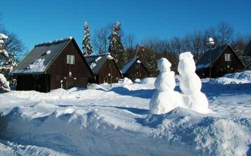 Chatky areálu v zimě