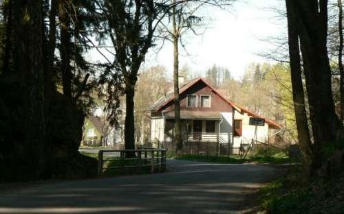 Chata při příjezdu ze směru Orličky