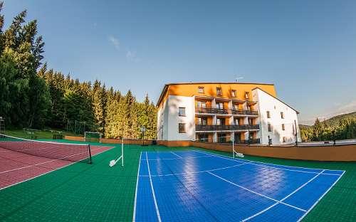 ホテルKamzíkのテニスコート、利用可能なコテージのゲスト