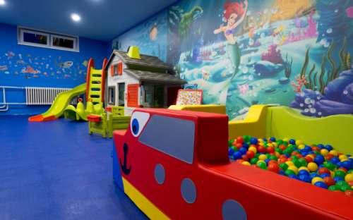 ホテルKamzíkの子供用プレイルーム、コテージのゲストが利用可能