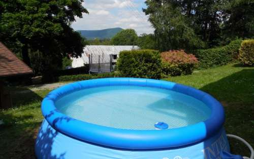 Zwembad bij het huisje met zonne-energie op het dak