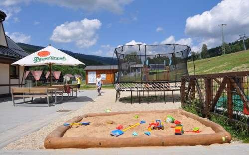 Odkryty taras i plac zabaw dla dzieci
